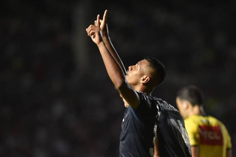 O atacante Tailson comemora o seu gol, que garantiu a vitória do Santos sobre o Vasco, em São Januário