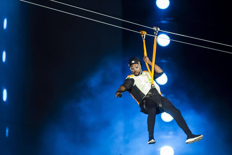 Will.i.am descendo de tirolesa durante show do Black Eyed Peas no Rock in Rio