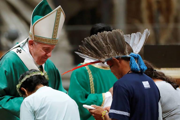 Papa Francisco junto a representantes das comunidades indígenas.