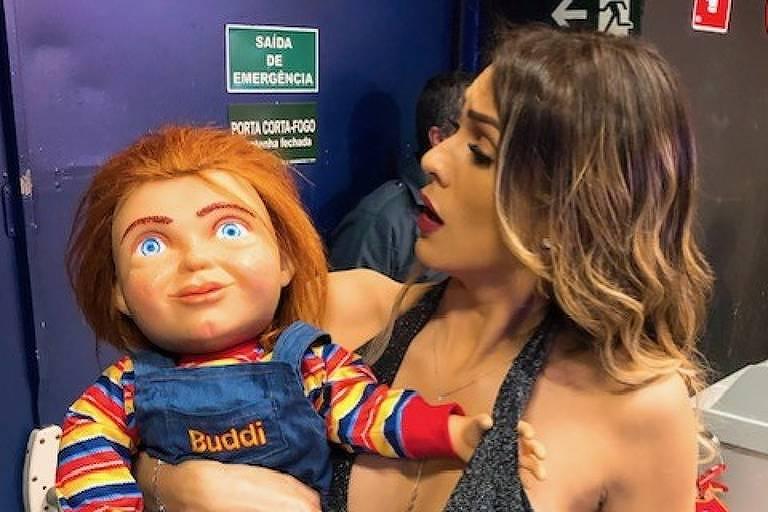 Lívia Andrade com o boneco Chucky nos bastidores do SBT