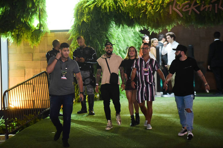 Gabigol e Bruna Griphao saindo do Rock in Rio