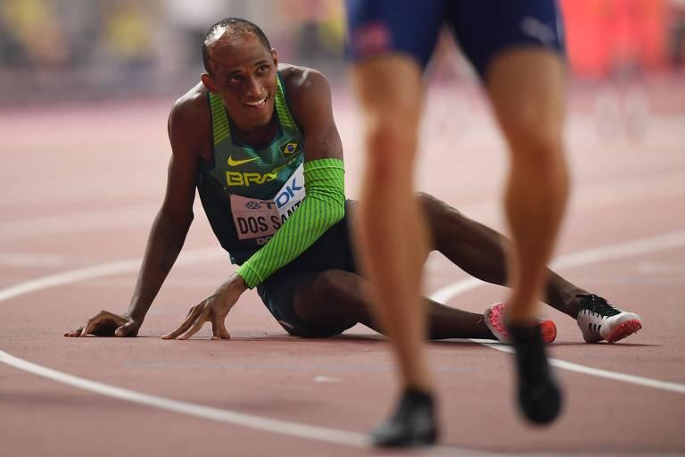 Alison dos Santos descansa após disputar a final dos 400 m com barreireiras em Doha