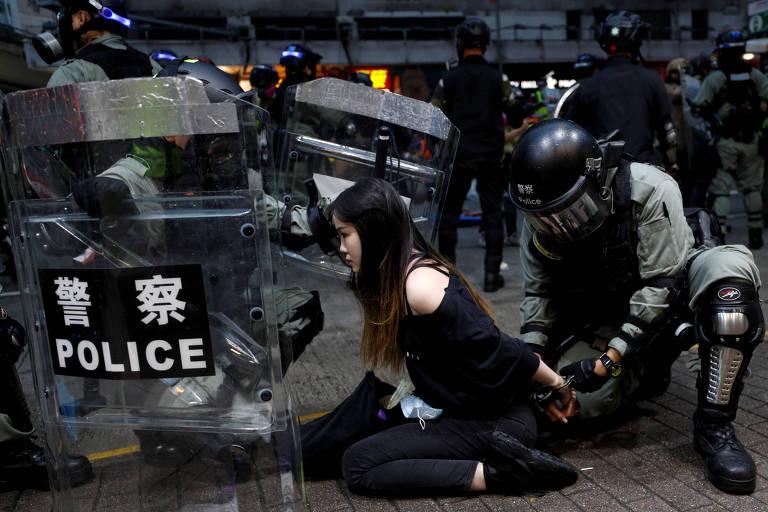 Policial detém manifestante durante protesto contra o governo na região central de Hong Kong