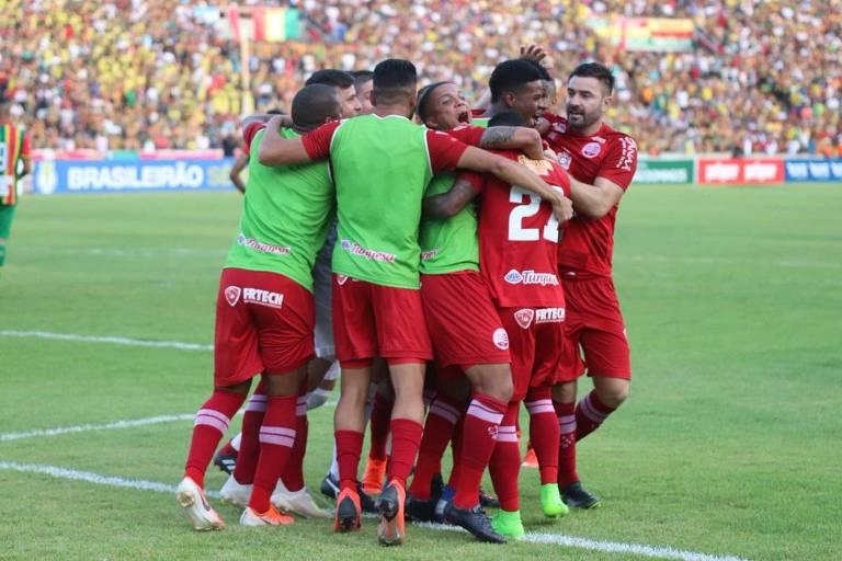Jogadores do Náutico comemoram gol contra o Sampaio Corrêa na final da Série C