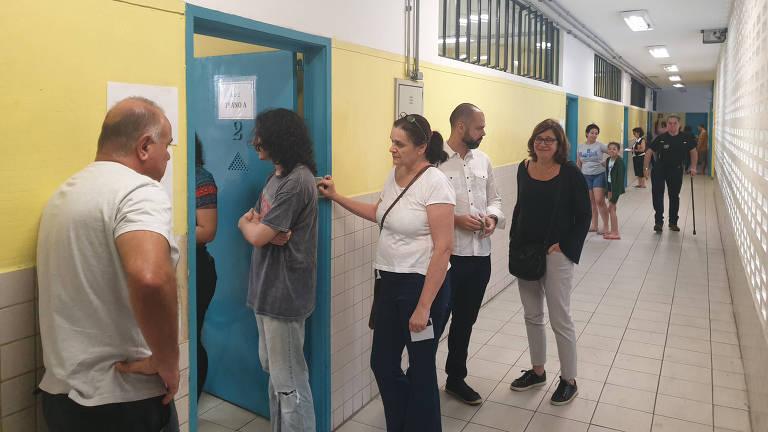 Prefeito de SP, Bruno Covas, e secretária de Direitos Humanos, Berenice Giannella, em fila para votação