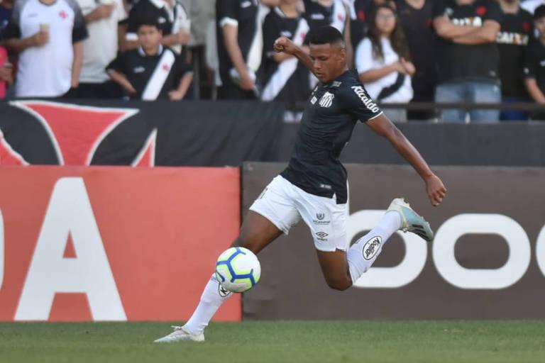 Tailson em ação contra o Vasco no estádio de São Januário, no Rio de Janeiro; o garoto de 20 anos fez o gol da vitória santista