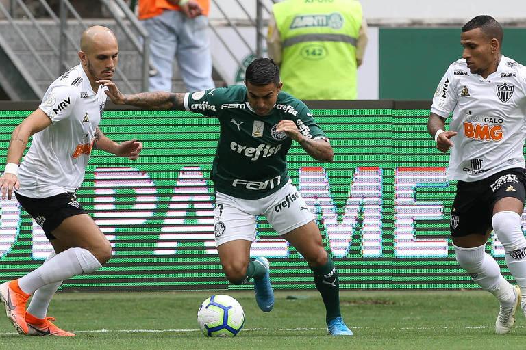 Palmeirense Dudu disputa bola com o lateral atleticano Fabio Santos, no Allianz Parque; o atacante fez o gol que salvou o Verdão na partida