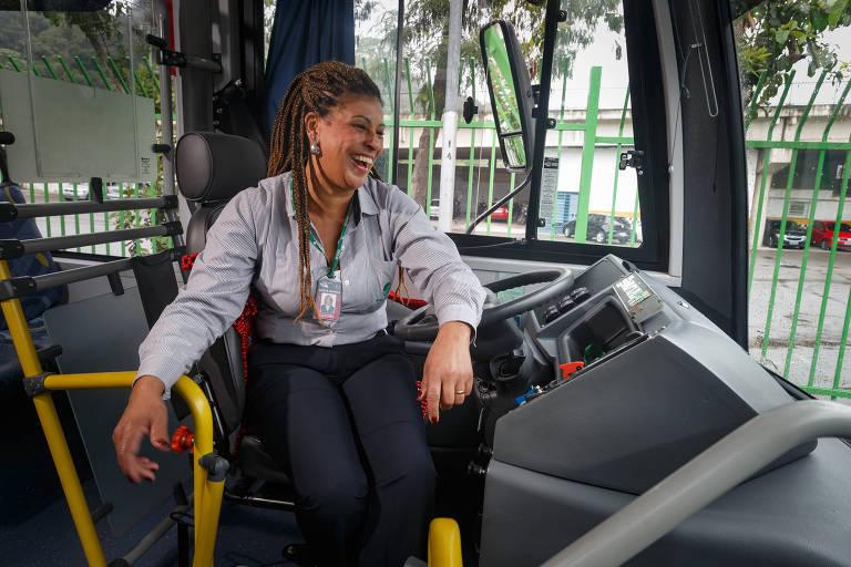 Mulheres superam dificuldades ao volante de ônibus na capital