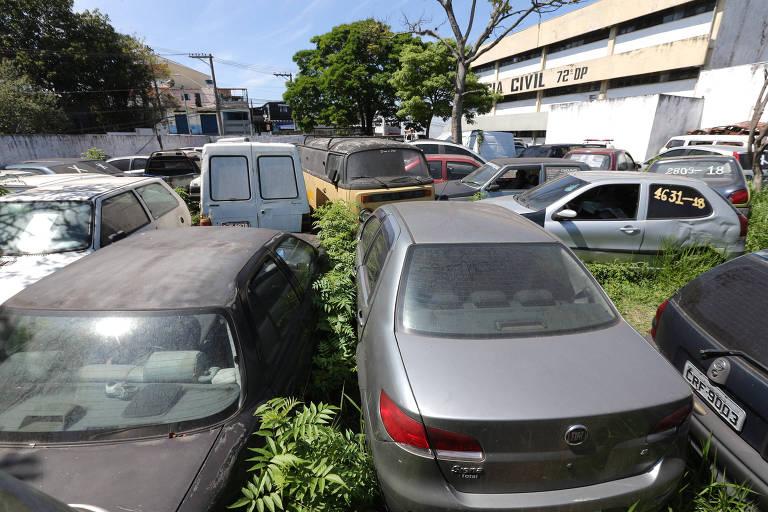 Delegacias da zona norte têm pátios com carros abandonados