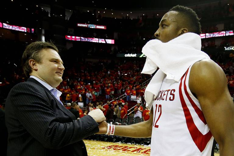 O executivo Daryl Morey cumprimenta o astro dos Rockets, Dwight Howard