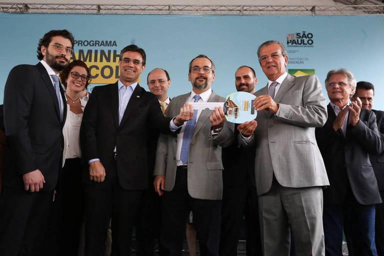 O vice-Governador do Estado de São Paulo, Rodrigo Garcia, o ministro da Educação Abraham Weintraub e o deputado federal Eduardo Bolsonaro durante cerimônia de entrega de ônibus escolares no município a São Paulo