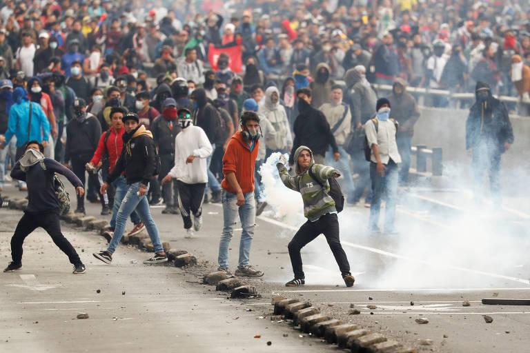 Manifestantes entram em confronto com a polícia durante protestos em Quito