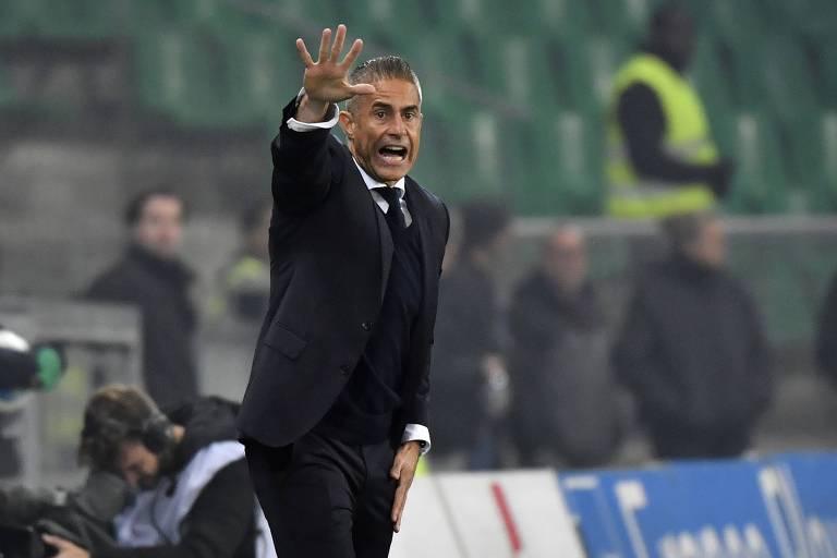 Sylvinho dá instruções ao time durante o clássico contra o Saint-Etienne