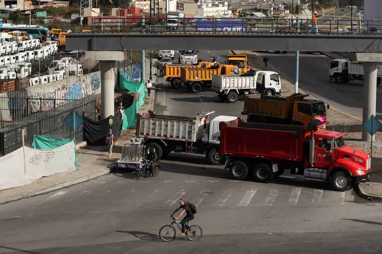 Caminhões bloqueiam rua em Carapungo, próximo a Quito