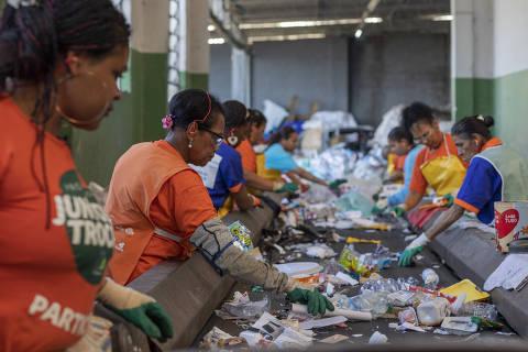 SAO PAULO, SP - 31 JULHO: Agentes Ambientais e recicladores trabalham na sede da Coopercaps, em Interlagos, Sao Paulo, em 31 de julho de 2019. A Coopercaps atua em parceria com a Boomera no desenvolvimento de negocios e melhorias na rede de reciclagem do plastico em Sao Paulo. (Foto: Renato Stockler)******PREMIO EMPREENDEDOR SOCIAL 2019******