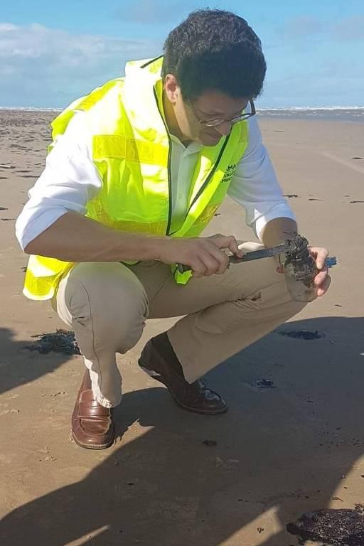 O ministro do Meio Ambiente Ricardo Salles participa de vistoria em praia do Sergipe onde foram encontradas manchas de óleo