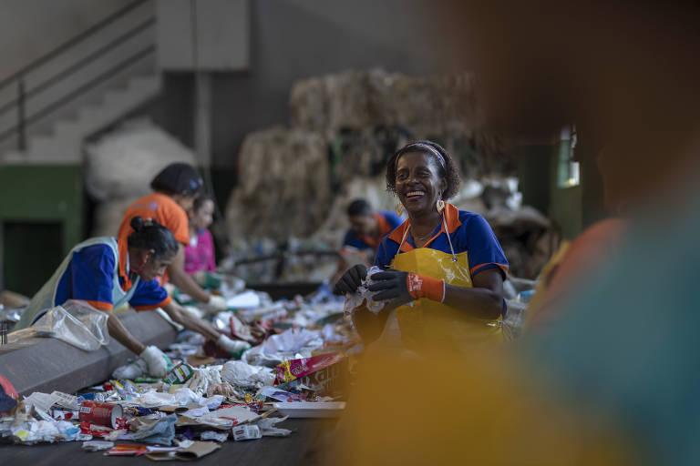 Agentes Ambientais e recicladores trabalham na sede da Coopercaps, em Interlagos, São Paulo. A cooperativa atua em parceria com a Boomera no desenvolvimento de negócios e melhorias na rede de reciclagem do plástico