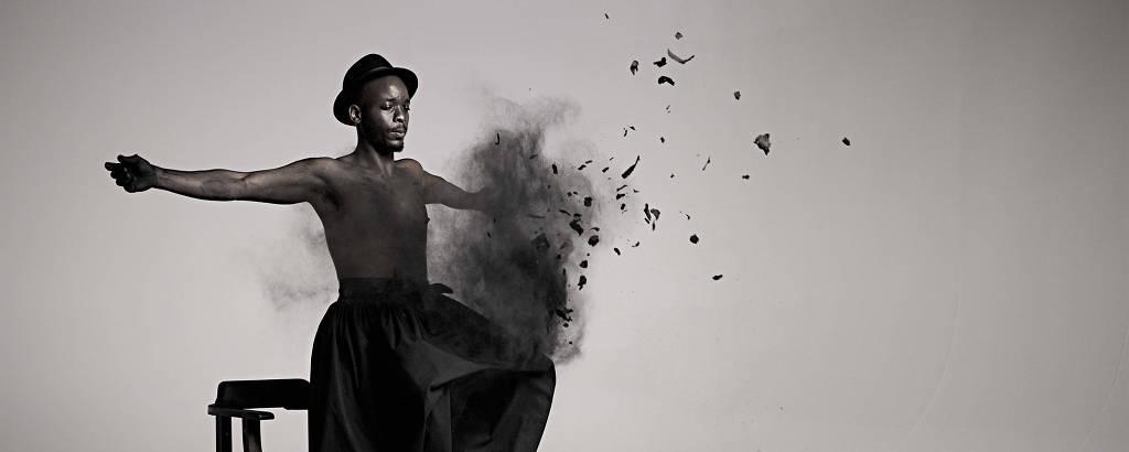 Frame de 'Inzilo', vídeo de Mohau Modisakeng exibida na 21ª Bienal de Arte Contemporânea Sesc Videobrasil