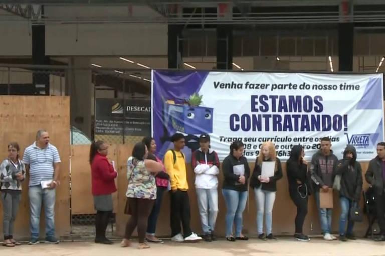 Fila de candidatos para emprego no Supermercado Violeta, na zona norte