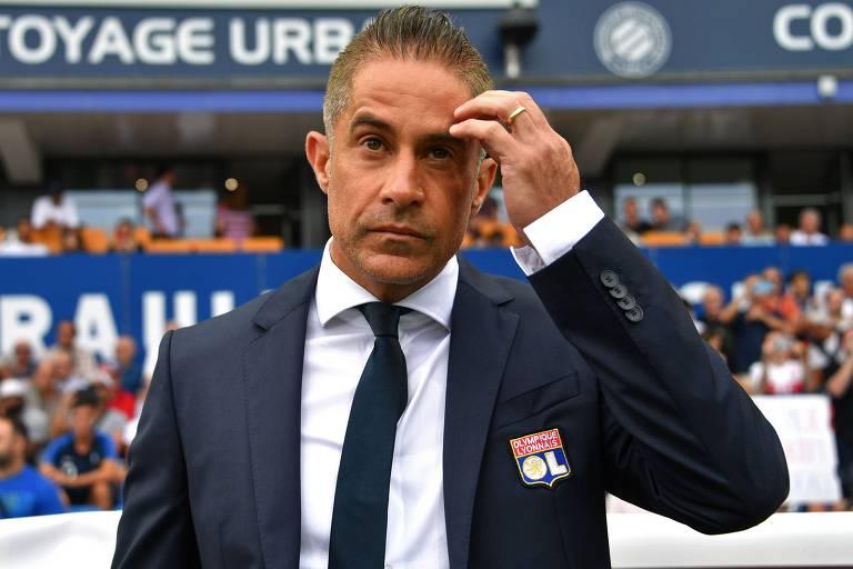 O técnico Sylvinho, demitido do Lyon