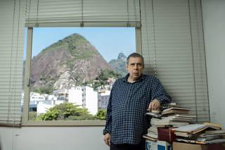 O escritor Sérgio Sant'Anna em sua casa no Rio de Janeiro