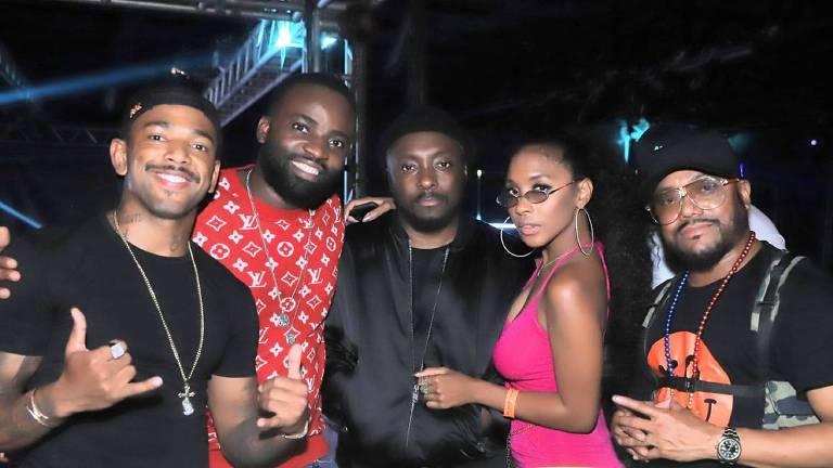 Black Eyed Peas aproveita pausa das gravações para conhecer a casa noturna Rei do Bacalhau (RJ) com Nego do Borel