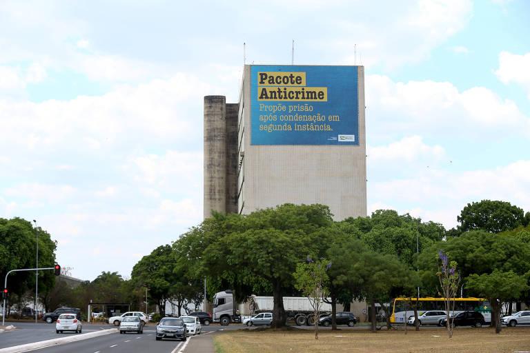 Material publicitário de divulgação do pacote anticrime é visto na Esplanada dos Ministérios, em Brasília (DF)