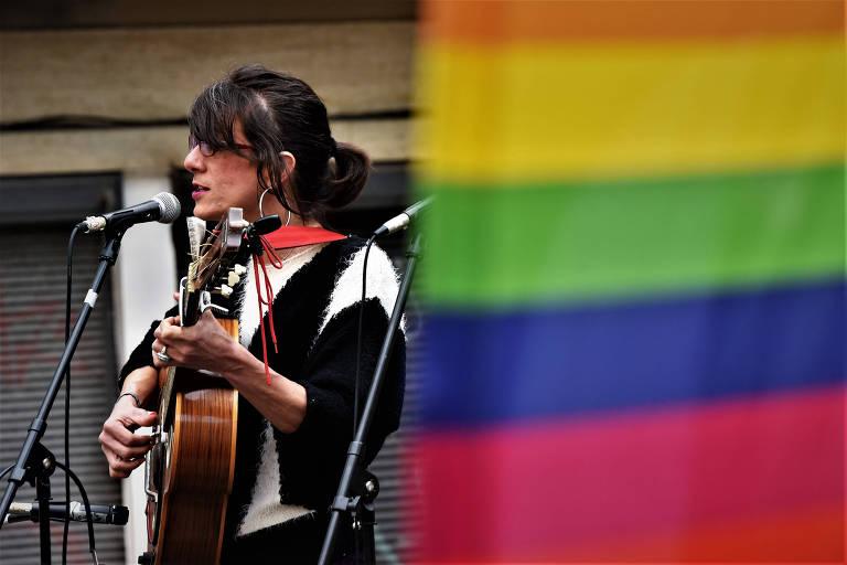A brasileira Agness Zacura canta durante a inauguração da Plaza de la Diversidad Sexual, em Montevidéu