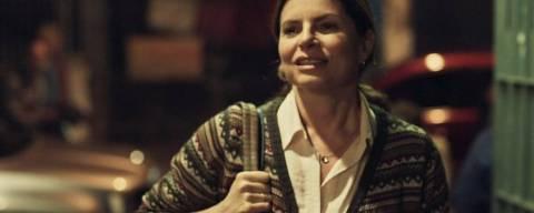 A atriz Débora Bloch é professora na série 'Segunda Chamada'