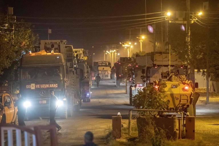 caminhões do exército carregam cargas