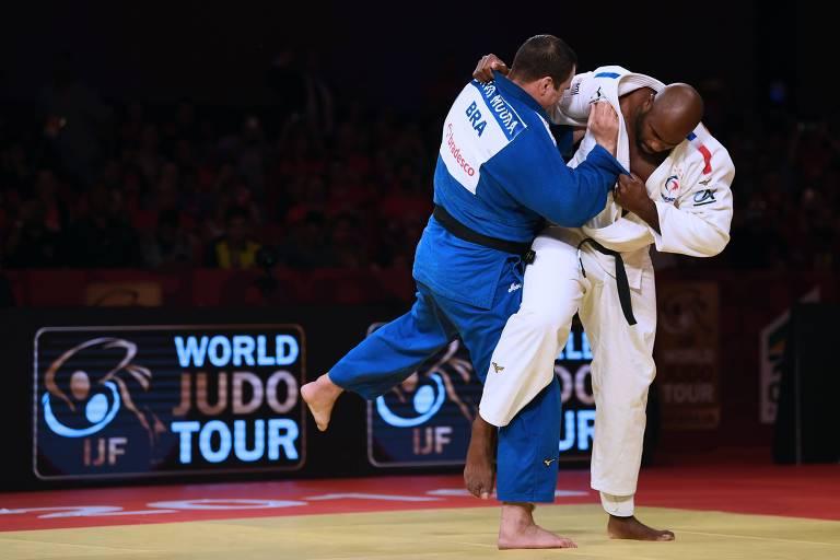 O francês Teddy Riner (à dir.) tenta aplicar golpe no brasileiro David Moura na final da categoria superior a 100 kg do Grand Slam de Brasília