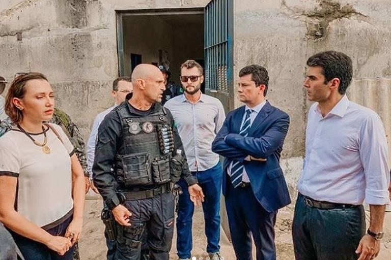 O agente penitenciário afastado do cargo (ao centro, de camisa branca) acompanha Sergio Moro em evento oficial