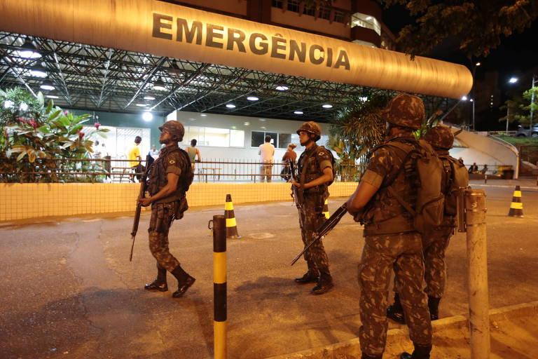 Durante a greve da PM em 2013, soldados do Exército fazem segurança na porta do Hospital Geral da Bahia, na periferia de Salvador