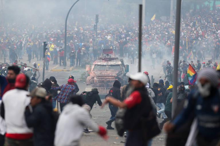 Manifestantes entram em confronto com forças de segurança durante protestos em Quito