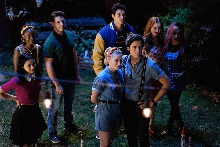 Riverdale: Vanessa Morgan, Cole Sprouse, Ashleigh Murray, Lili Reinhart, Camila Mendes, Charles Melton, Madelaine Petsch e Casey Cott em Riverdale