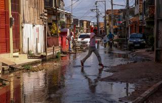 Rua alagada no bairro Terra Firme, em Belém, a capital com a menor rede de esgoto do Brasil