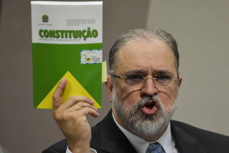 Procurador-geral da República, Antônio Augusto Brandão de Aras, durante sabatina na CCJ (Comissão de Constituição e Justiça) do Senado, segurando um exemplar da Constituição