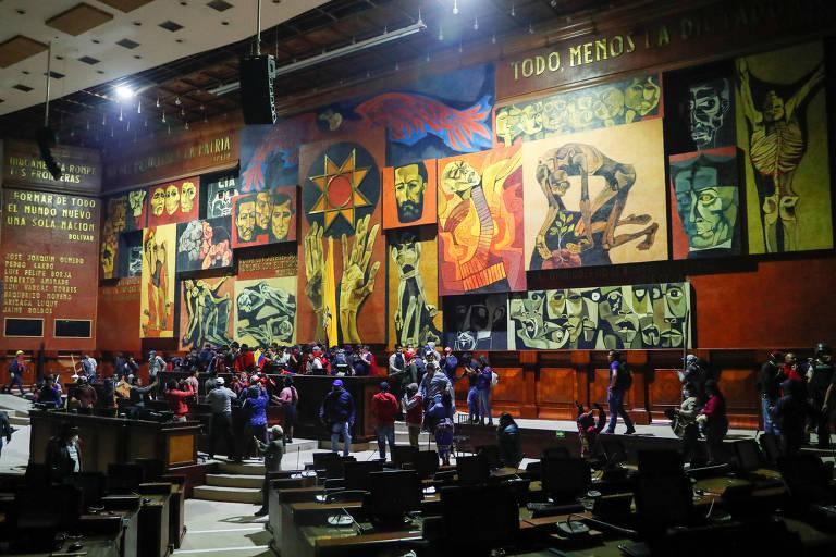 Manifestantes invadem plenário da Assembleia Nacional, em Quito