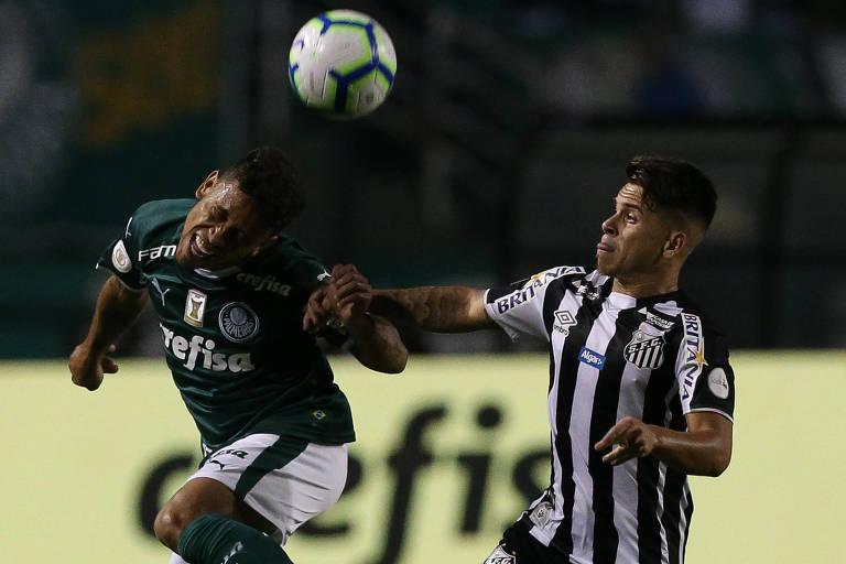 Palmeirense Marcos Rocha disputa a bola com o santista Soteldo no clássico entre eles no primeiro turno do Brasileirão, totalmente dominado pelo Alviverde
