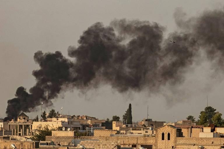Fumaça de bombadeios turcos na cidade de Ras al-Ain, na Síria