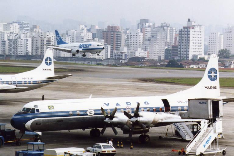 Avião comercial da Varig, modelo com helices 'Electra', estacionado em aeroporto