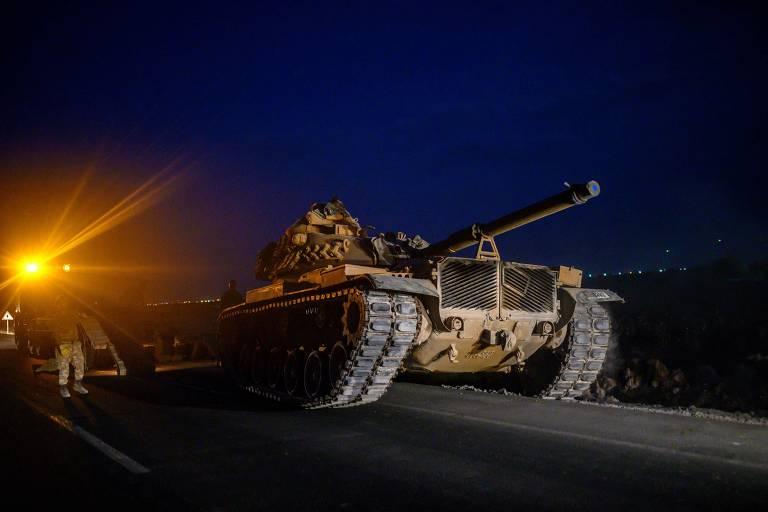 Tanque turco ruma à fronteira da Síria para tomar parte da ofensiva que começou nesta terça (9)