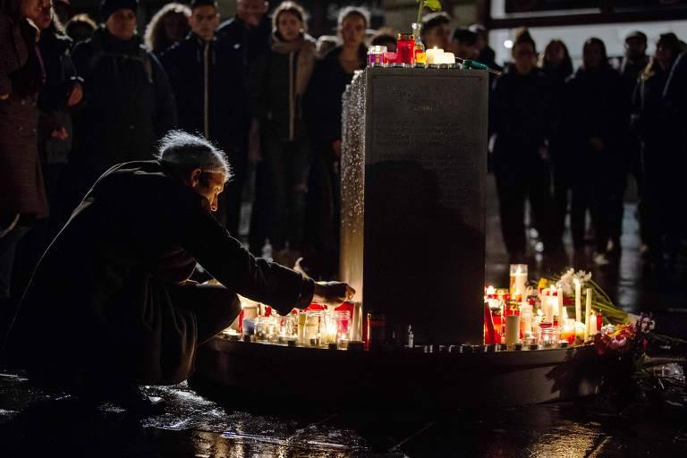 Pessoas deixam velas e flores em vigília em Halle, na Alemanha, em homenagem aos mortos no ataque em frente a uma sinagoga