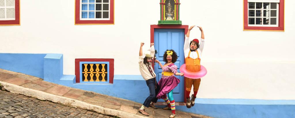 Três palhaços em rua