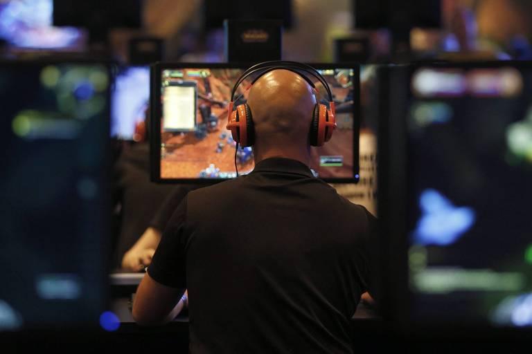 "Visitante da feira Gamescom joga ""World of Warcraft: Warlords of Draenor"", game da Blizzard Entertainment"
