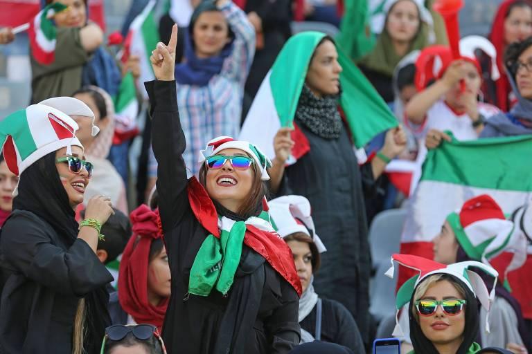 Mulheres iranianas no estádio Azadi durante partida contra o Camboja nesta quinta-feira (10)