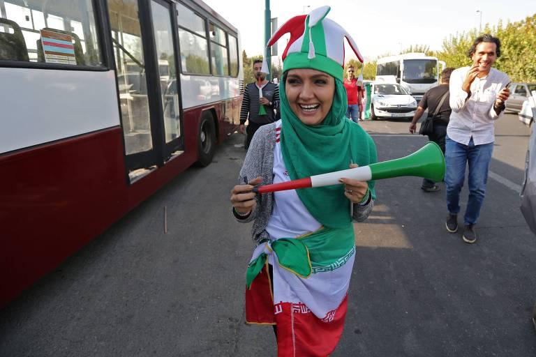 Iraniana chega ao estádio Azadi para jogo da seleção masculina do país
