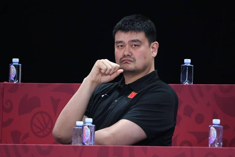 Yao Ming assiste a jogo da China durante a última Copa do Mundo de Basquete