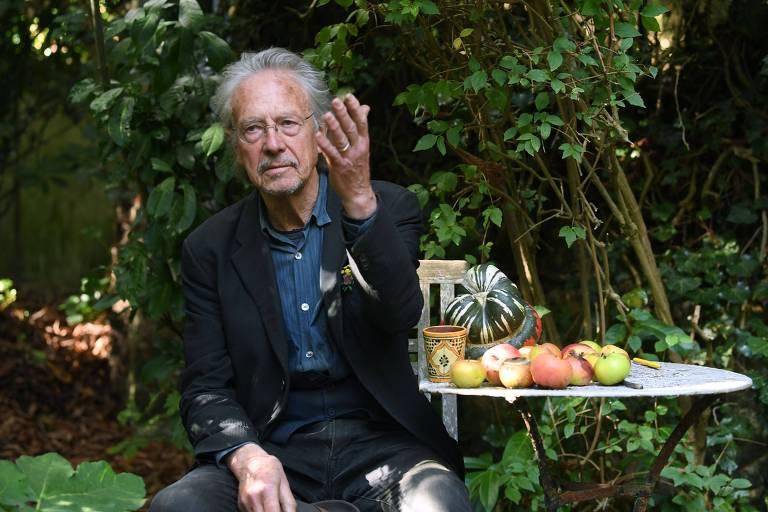 Peter Handke em Paris nesta quinta (10), após vencer o Nobel de Literatura