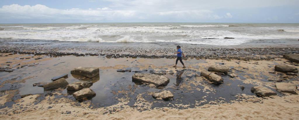 Praia de Sítio do Conde, na Bahia, sofre com a chegada de óleo